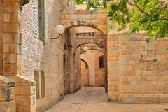 Case strette di stonrd e della via al quarto ebreo a Gerusalemme. Fotografia Stock