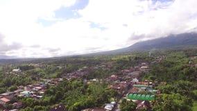 Case sudicie ed imprese di stabilimento della città sviluppate al piede del Mt Banahaw video d archivio