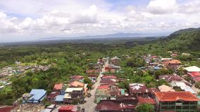 Case sudicie ed imprese di stabilimento della città sviluppate al piede del Mt Banahaw stock footage