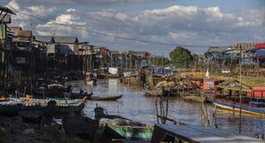 Case sui trampoli sul villaggio di galleggiamento del Kampong Phluk, Cambogia Fotografia Stock