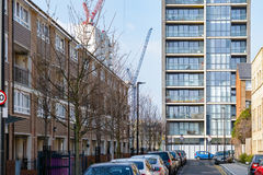 Case a terrazze inglesi contrariamente agli appartamenti di lusso moderni Fotografia Stock Libera da Diritti