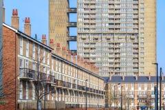 Case a terrazze inglesi contrariamente al blocchetto della casa popolare dentro Fotografia Stock Libera da Diritti