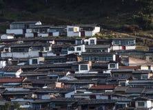 Case tibetane sul sole del pendio di collina di mattina Fotografia Stock