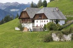 Case tipiche dell'azienda agricola nel Tirolo del sud, Italia Fotografia Stock