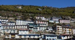 Case tradizionali del villaggio del bazar di Namche, Himalaya Immagine Stock