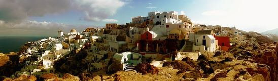 Case tradizionali della città di OIA di panorama di Santorini immagini stock libere da diritti