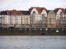 Case urbane ad un fiume Fotografie Stock