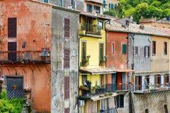 Case variopinte in bella città di Nemi fotografie stock