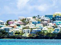 Case variopinte in Bermude contro il mare del turchese immagine stock