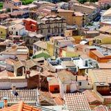 Case variopinte della città di Bosa immagine stock
