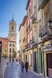 Case variopinte e chiesa di San Lorenzo a Huesca fotografia stock