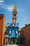 Case variopinte e torre pendente, Burano, Italia fotografie stock