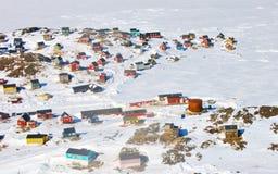 Case variopinte in Groenlandia nel tempo di primavera Immagine Stock