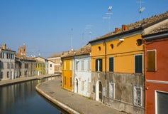 Case variopinte lungo il canale in Comacchio, Italia immagine stock