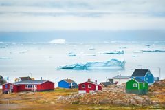 Case variopinte nel villaggio di Saqqaq, Groenlandia occidentale Fotografia Stock Libera da Diritti