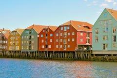Case variopinte scandinave tradizionali sulla riva Fotografia Stock