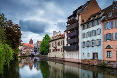 Case variopinte tradizionali in La Petite France, Strasburgo, Als Immagine Stock
