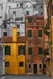 Case variopinte in una città in bianco e nero Immagine Stock Libera da Diritti