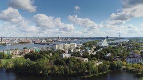Case viventi e costruzione della città storica di Europa della città di Riga con il volo del fuco di traffico di automobili e del archivi video
