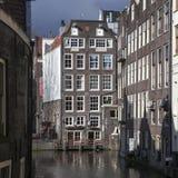 Case viventi lungo l'argine del canale nel giorno di primavera Immagine Stock