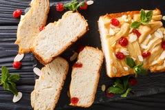 Caseiro cortou o pão de leite condensado com cerejas secadas, amêndoa fotografia de stock