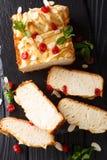 Caseiro cortou o pão de leite condensado com cerejas secadas, amêndoa fotografia de stock royalty free