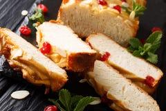 Caseiro cortou o pão de leite condensado com cerejas secadas, amêndoa imagens de stock