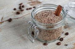 Caseiro esfregue feito do açúcar, do café à terra e da canela Fotografia de Stock