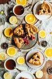 Caseiro pesonen o bolo com a cereja que enche-se para a família do café da manhã fotos de stock
