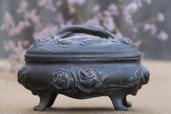 Casella antica con le rose immagine stock