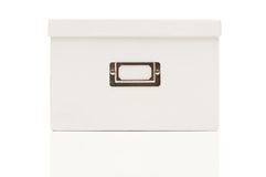 Casella bianca in bianco dell'archivio con il coperchio su bianco Immagini Stock Libere da Diritti