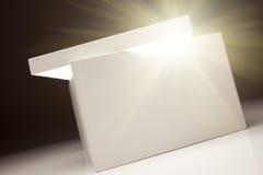 Casella bianca con il coperchio che rivela qualcosa molto luminoso Immagine Stock Libera da Diritti