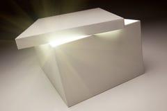 Casella bianca con il coperchio che rivela qualcosa molto luminoso Fotografie Stock Libere da Diritti
