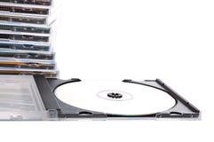 Casella CD aperta davanti alla pila dei Cd Fotografie Stock Libere da Diritti