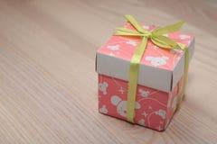 Casella con un regalo Immagini Stock