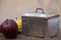 Casella d'argento antica con le mele immagini stock libere da diritti