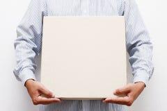 Casella di carta marrone della stretta dell'uomo Fotografia Stock