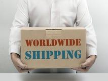 Casella di carta marrone di trasporto in tutto il mondo Immagine Stock