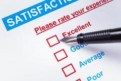 Casella di controllo di indagine di soddisfazione del cliente con la valutazione e il pointi della penna Immagini Stock