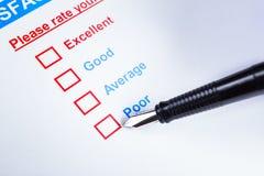 Casella di controllo di indagine di soddisfazione del cliente con la valutazione e il pointi della penna Fotografia Stock