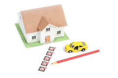 Casella di controllo ed automobile con la casa Fotografie Stock
