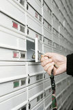 Casella di lettera maschio di apertura della mano Fotografie Stock Libere da Diritti