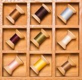 Casella di ombra di legno con le bobine del filetto Fotografia Stock Libera da Diritti