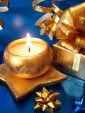 Casella dorata di regalo e della candela fotografia stock