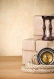 Casella e corda spostate pacchetto sulla scheda di legno Fotografia Stock Libera da Diritti