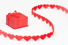 Casella rossa con il nastro del cuore Fotografia Stock Libera da Diritti