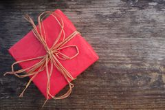 Casella rossa con il regalo Immagini Stock