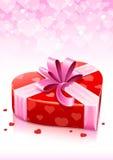 Casella rossa del cuore con la cartolina d'auguri dei biglietti di S. Valentino del nastro Fotografia Stock Libera da Diritti