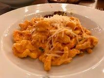 Caserecce PestoRosso pasta med torkad tomater, parmesanost, kr?m och h?na arkivfoton