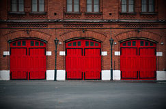 Caserma dei pompieri con le porte rosse Fotografia Stock